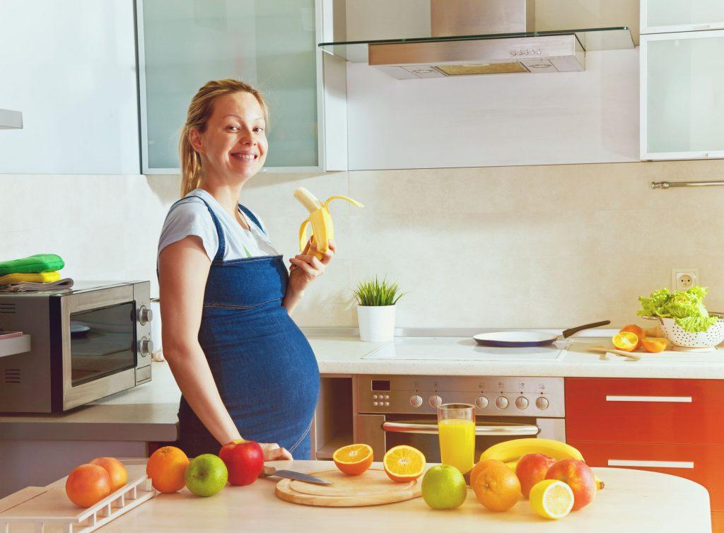 беременная с бананом