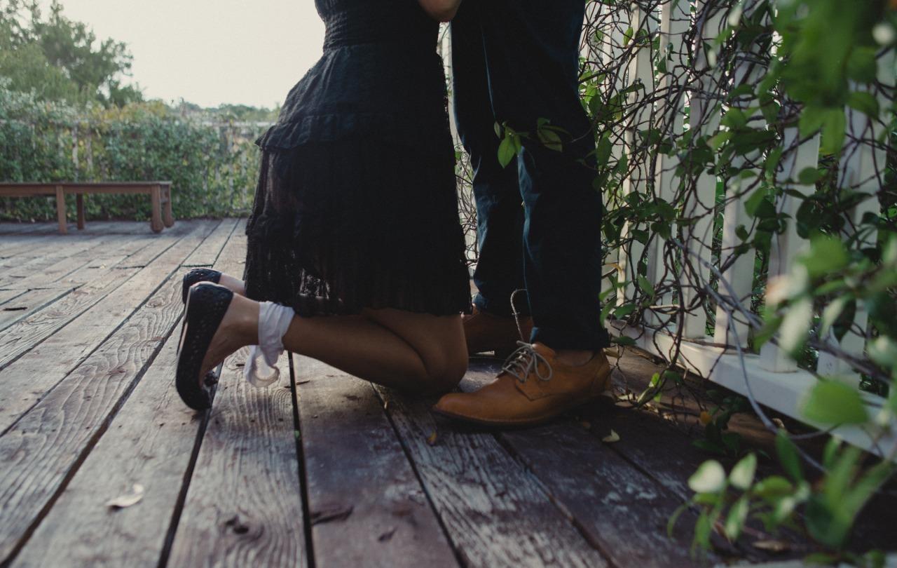 девушка на коленях